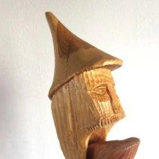 Antigüedades: GRAN CASCANUECES MADERA MACIZA TALLADA ARTESANAL RÚSTICO CON BASE O PEANA 38 CM DE ALTO. Lote 175393212