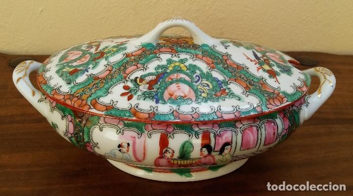 MUY ESCASA Y ANTIGUA SOPERA DE PORCELANA CHINA DE MACAO. DECORACIÓN FLORAL CON DETALLES EN DORADO (Antigüedades - Porcelanas y Cerámicas - China)