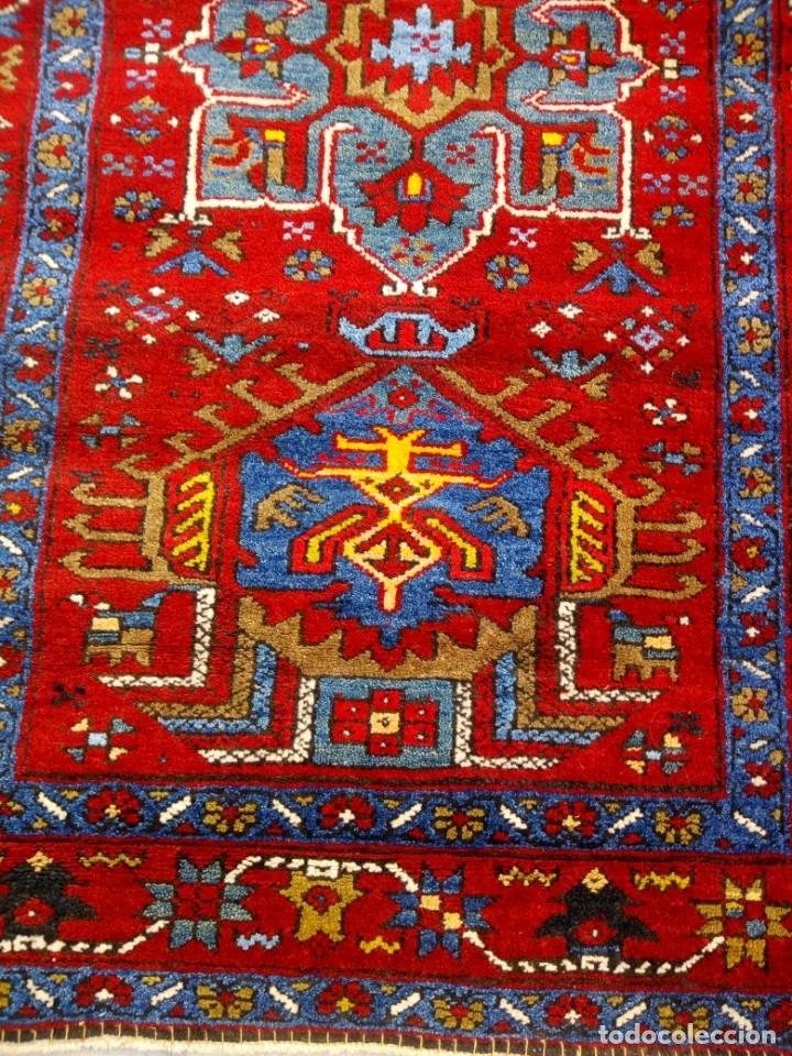 Antigüedades: Antigua alfombra persa de lana hecha a mano,en tonos rojos azules y amarillos,etiqueta de numeración - Foto 4 - 175454569