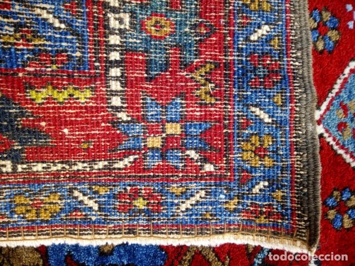 Antigüedades: Antigua alfombra persa de lana hecha a mano,en tonos rojos azules y amarillos,etiqueta de numeración - Foto 7 - 175454569