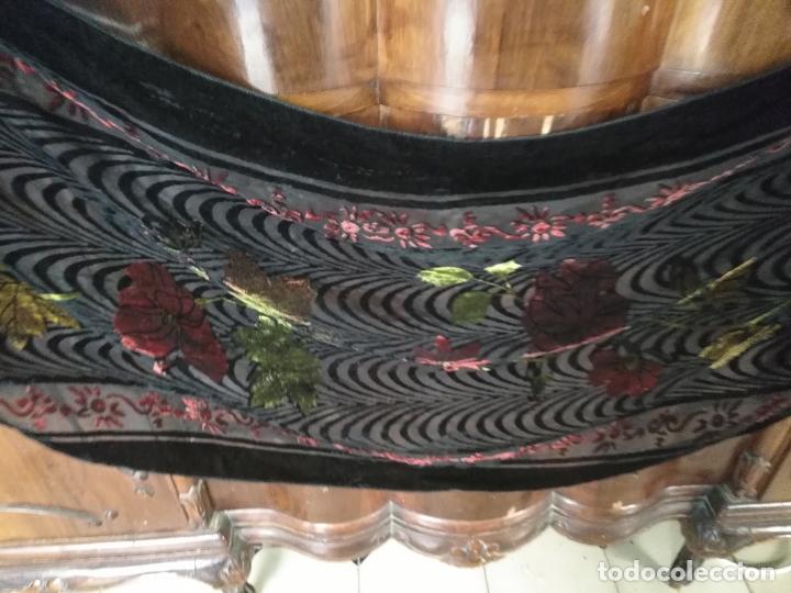 Antigüedades: manton mantoncillo chal terciopelo pintado 160 x 50 cm aprox. mas flecos relive - Foto 2 - 175459423
