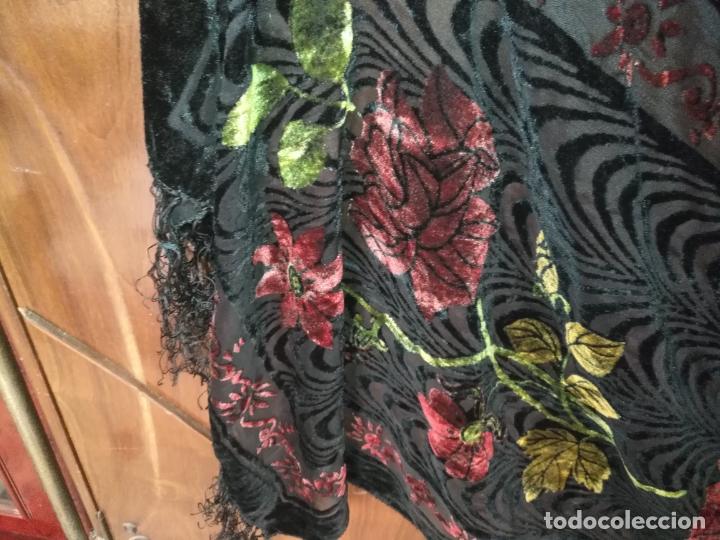 Antigüedades: manton mantoncillo chal terciopelo pintado 160 x 50 cm aprox. mas flecos relive - Foto 4 - 175459423