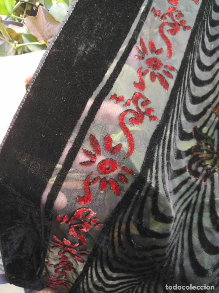 Antigüedades: manton mantoncillo chal terciopelo pintado 160 x 50 cm aprox. mas flecos relive - Foto 6 - 175459423