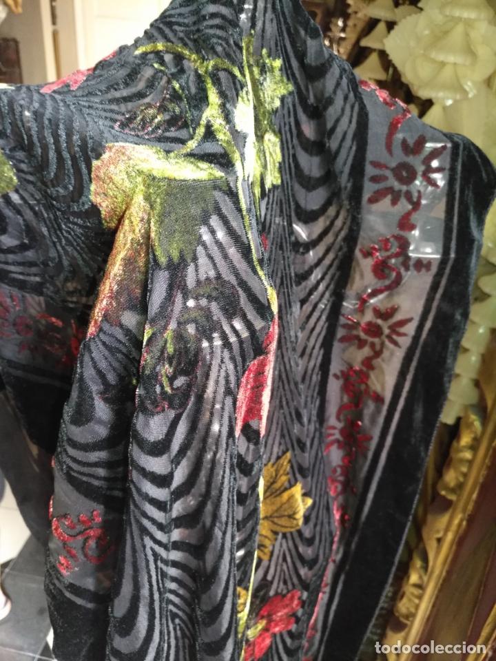Antigüedades: manton mantoncillo chal terciopelo pintado 160 x 50 cm aprox. mas flecos relive - Foto 8 - 175459423
