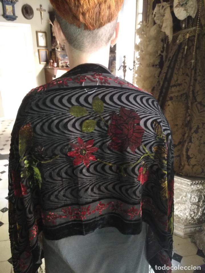 Antigüedades: manton mantoncillo chal terciopelo pintado 160 x 50 cm aprox. mas flecos relive - Foto 9 - 175459423