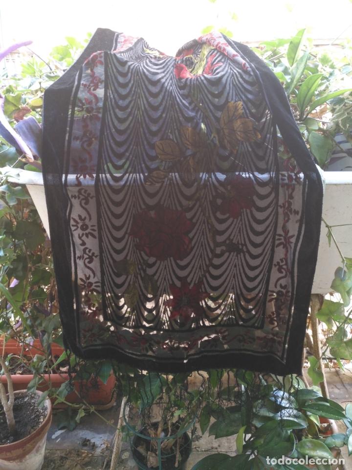 Antigüedades: manton mantoncillo chal terciopelo pintado 160 x 50 cm aprox. mas flecos relive - Foto 13 - 175459423