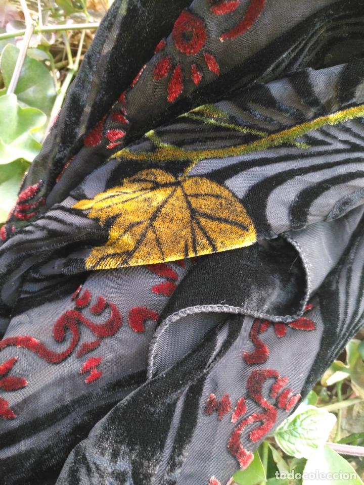 Antigüedades: manton mantoncillo chal terciopelo pintado 160 x 50 cm aprox. mas flecos relive - Foto 14 - 175459423
