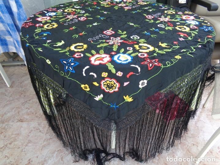 Antigüedades: Bonito Manton de Manila color negro en seda con llamativo bordado de flores muy colorido - Foto 2 - 175465145