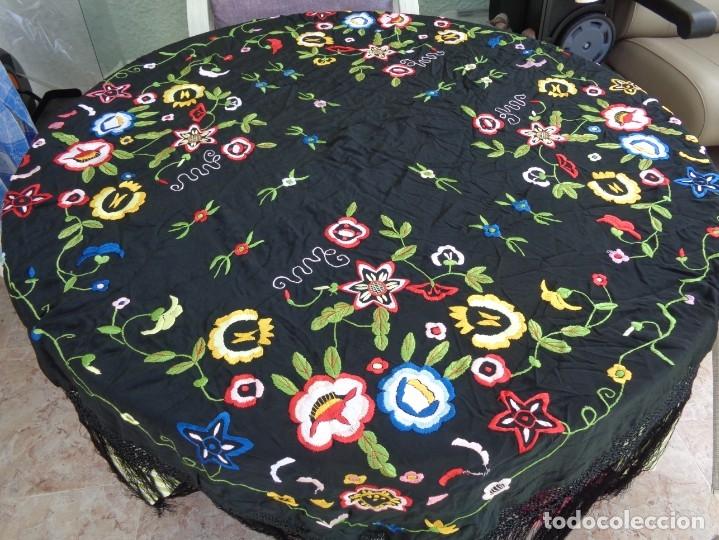 Antigüedades: Bonito Manton de Manila color negro en seda con llamativo bordado de flores muy colorido - Foto 3 - 175465145