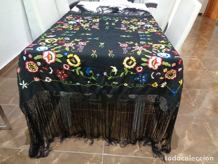 Antigüedades: Bonito Manton de Manila color negro en seda con llamativo bordado de flores muy colorido - Foto 4 - 175465145