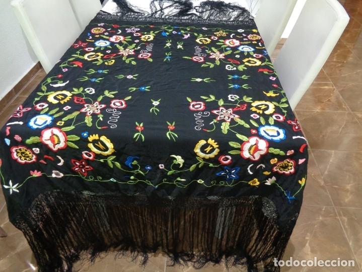 Antigüedades: Bonito Manton de Manila color negro en seda con llamativo bordado de flores muy colorido - Foto 5 - 175465145
