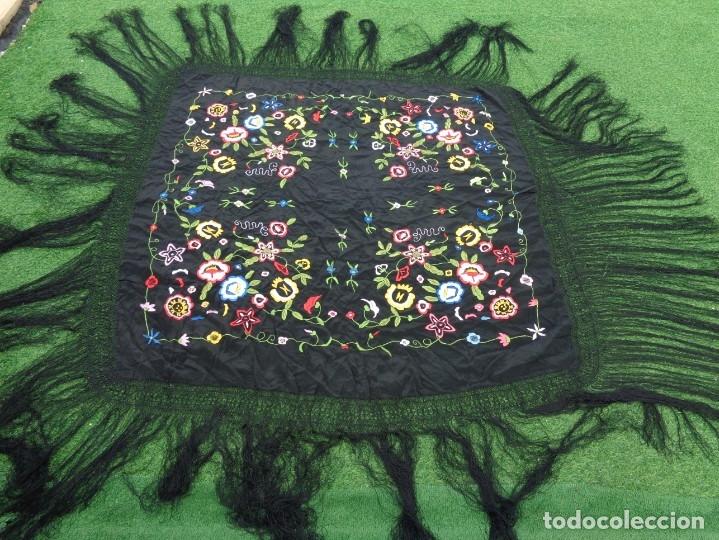 Antigüedades: Bonito Manton de Manila color negro en seda con llamativo bordado de flores muy colorido - Foto 6 - 175465145