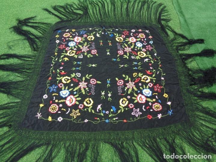 Antigüedades: Bonito Manton de Manila color negro en seda con llamativo bordado de flores muy colorido - Foto 7 - 175465145