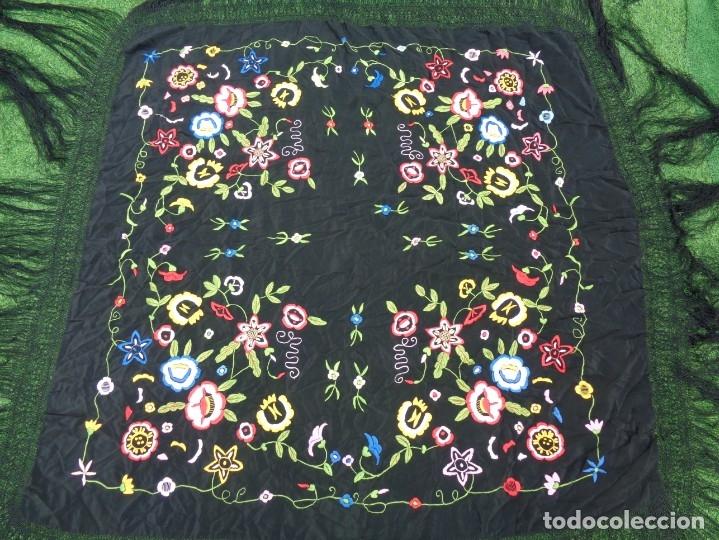 Antigüedades: Bonito Manton de Manila color negro en seda con llamativo bordado de flores muy colorido - Foto 8 - 175465145
