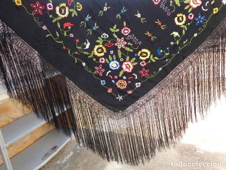 Antigüedades: Bonito Manton de Manila color negro en seda con llamativo bordado de flores muy colorido - Foto 10 - 175465145