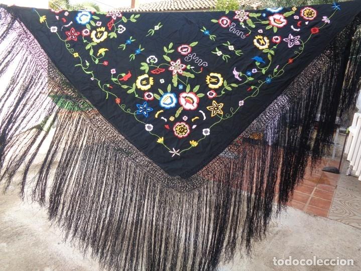 Antigüedades: Bonito Manton de Manila color negro en seda con llamativo bordado de flores muy colorido - Foto 11 - 175465145