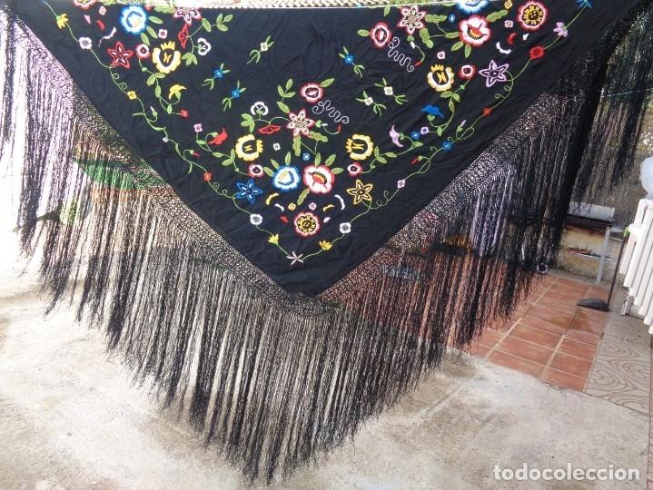 Antigüedades: Bonito Manton de Manila color negro en seda con llamativo bordado de flores muy colorido - Foto 13 - 175465145