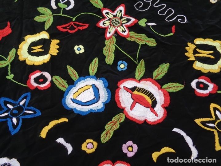 Antigüedades: Bonito Manton de Manila color negro en seda con llamativo bordado de flores muy colorido - Foto 14 - 175465145