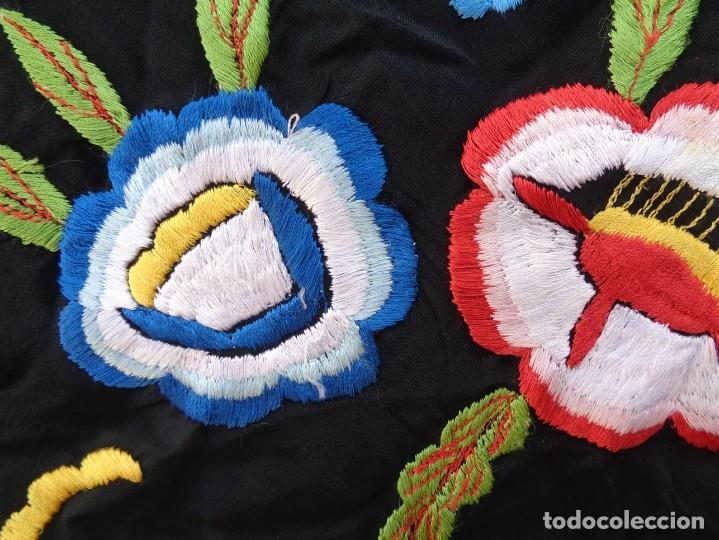 Antigüedades: Bonito Manton de Manila color negro en seda con llamativo bordado de flores muy colorido - Foto 15 - 175465145