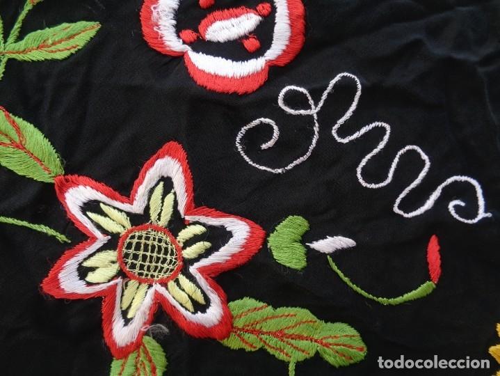 Antigüedades: Bonito Manton de Manila color negro en seda con llamativo bordado de flores muy colorido - Foto 16 - 175465145