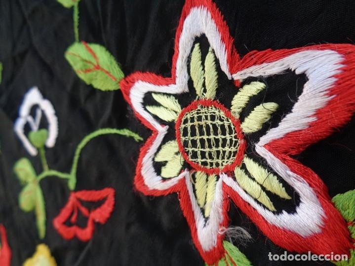 Antigüedades: Bonito Manton de Manila color negro en seda con llamativo bordado de flores muy colorido - Foto 17 - 175465145