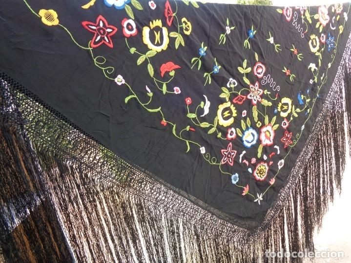 Antigüedades: Bonito Manton de Manila color negro en seda con llamativo bordado de flores muy colorido - Foto 18 - 175465145
