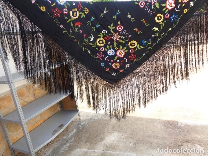 Antigüedades: Bonito Manton de Manila color negro en seda con llamativo bordado de flores muy colorido - Foto 19 - 175465145