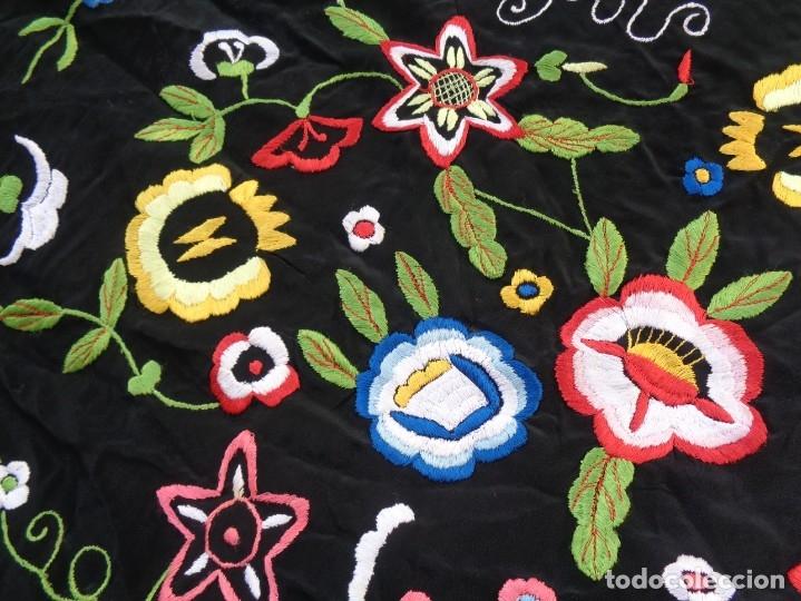 Antigüedades: Bonito Manton de Manila color negro en seda con llamativo bordado de flores muy colorido - Foto 20 - 175465145