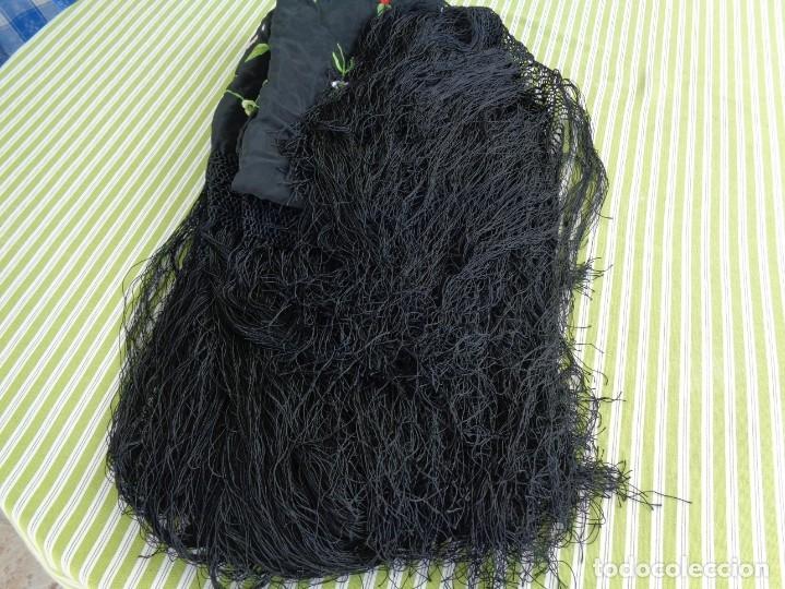 Antigüedades: Bonito Manton de Manila color negro en seda con llamativo bordado de flores muy colorido - Foto 21 - 175465145