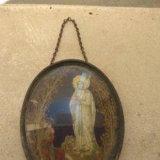 Antigüedades: ANTIGUO CUADRO OVALADO VIRGEN DE LOURDES - CRISTAL ABOMBADO -. Lote 175541378