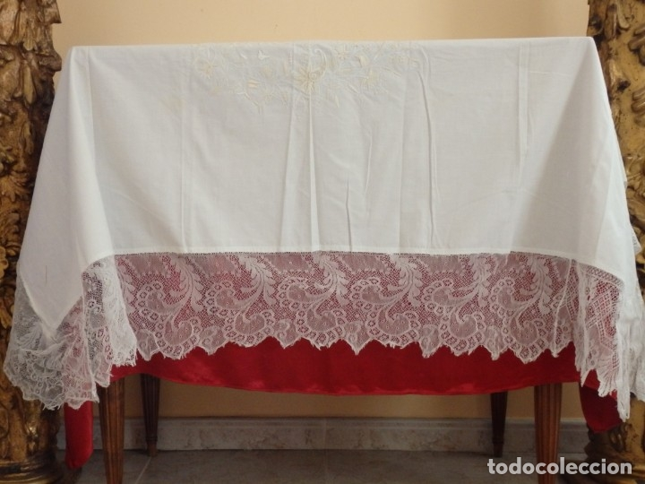 MANTEL DE ALTAR CONFECCIONADO EN ALGODÓN, ENCAJES Y BORDADOS. PPS. S. XX. (Antigüedades - Religiosas - Ornamentos Antiguos)