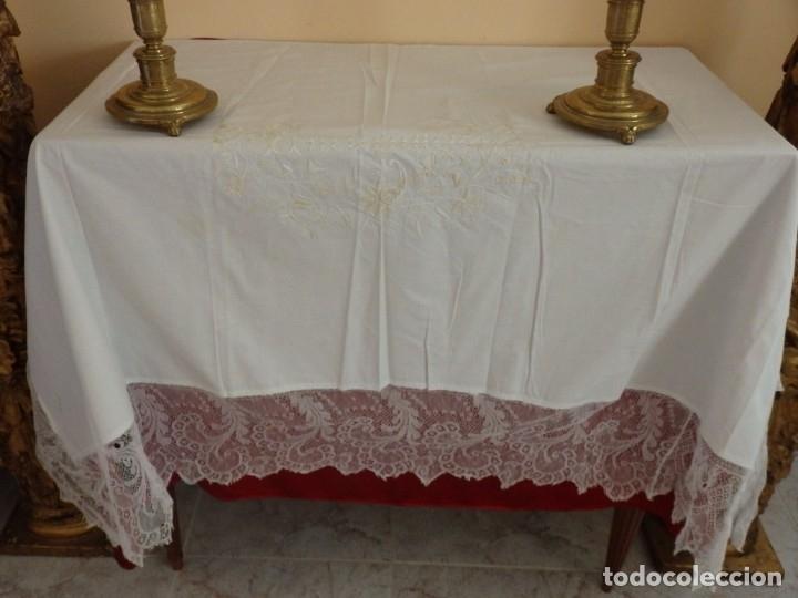 Antigüedades: Mantel de altar confeccionado en algodón, encajes y bordados. Pps. S. XX. - Foto 2 - 175550254