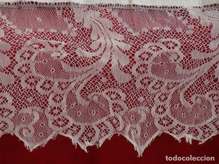 Antigüedades: Mantel de altar confeccionado en algodón, encajes y bordados. Pps. S. XX. - Foto 3 - 175550254