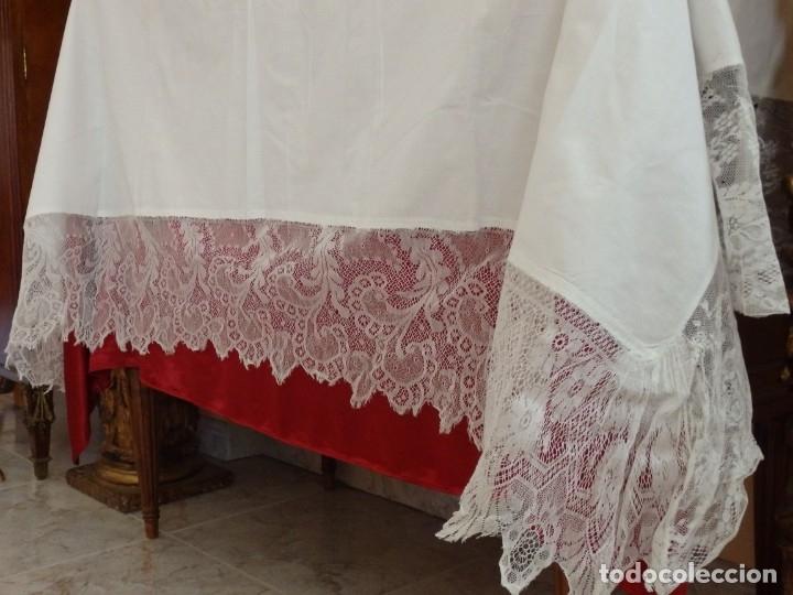 Antigüedades: Mantel de altar confeccionado en algodón, encajes y bordados. Pps. S. XX. - Foto 5 - 175550254