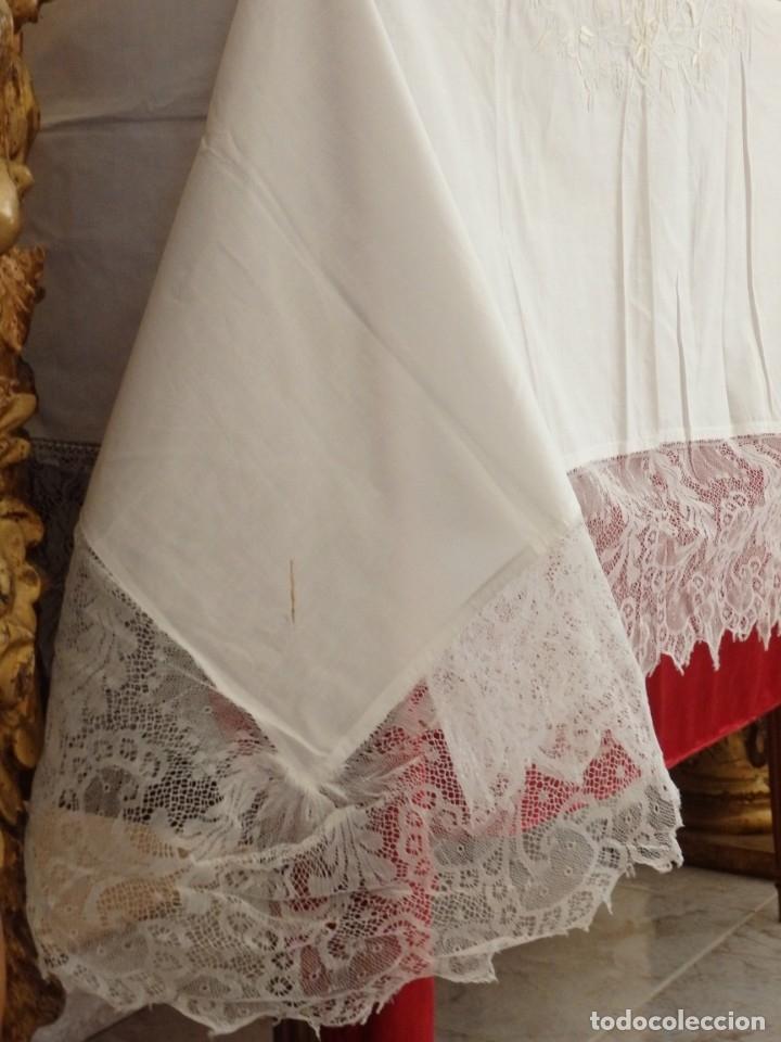 Antigüedades: Mantel de altar confeccionado en algodón, encajes y bordados. Pps. S. XX. - Foto 6 - 175550254