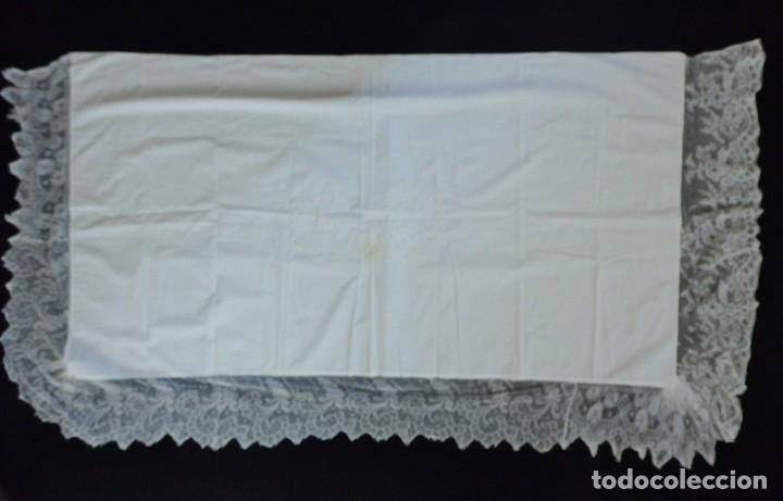 Antigüedades: Mantel de altar confeccionado en algodón, encajes y bordados. Pps. S. XX. - Foto 8 - 175550254