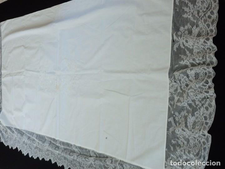 Antigüedades: Mantel de altar confeccionado en algodón, encajes y bordados. Pps. S. XX. - Foto 9 - 175550254
