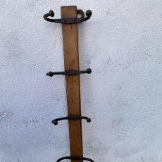 Antigüedades: PERCHA DE ESCUELA - EN MADERA Y GANCHOS DE HIERRO - ANTIGUA. Lote 140431162