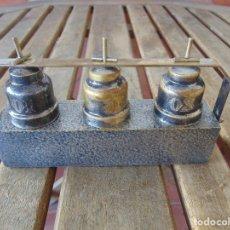 Antigüedades: CRISMERA PARA PORTAR LOS SANTOS OLEOS EN METAL BRONCE PLATEADO. Lote 175566912