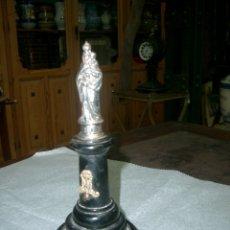 Antigüedades: VIRGEN DEL PILAR EN PLATA, PEANA DE MADERA.. Lote 175582393