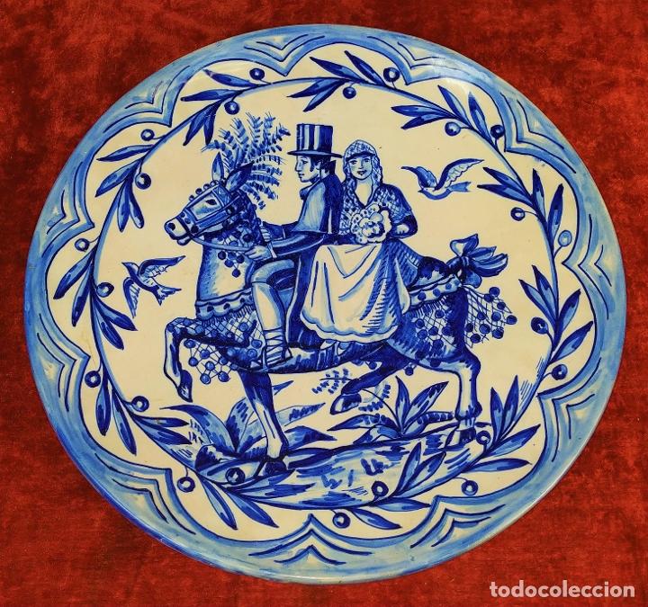 GRAN PLATO. CERÁMICA ESMALTADA A MANO. ESPAÑA. PRINCIPOS SIGLO XX (Antigüedades - Porcelanas y Cerámicas - Catalana)