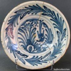 Antiquités: PLATO ACUENCADO EN CERÁMICA AZUL COBALTO DE TALAVERA SERIE DE LA GOLONDRINA O HELECHOS SIGLO XVIII. Lote 175597694