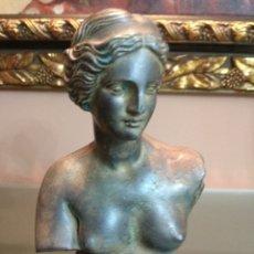 Antigüedades: FIGURA REPRODUCCION DIANA CON SELLO GRECIA/ROMA CON BASE DE MADERA 20 CMS. Lote 175611082