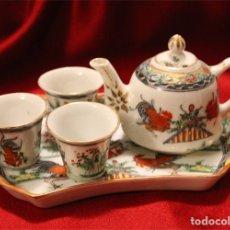 Antigüedades: JUEGO DE BANDEJA, TETERA Y TRES VASITOS. PORCELANA DE MACAO (CHINA). Lote 175624340