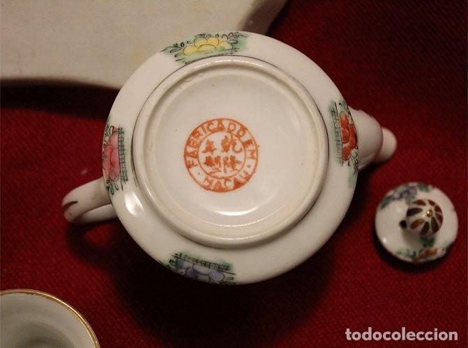 Antigüedades: Juego de bandeja, tetera y tres vasitos. Porcelana de Macao (China) - Foto 4 - 175624340