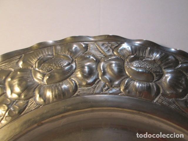 Antigüedades: BANDEJA DE PLATA, REPUJADA, BORDES ONDULADOS, CON CONTRASTE PLATA 800 - Foto 2 - 175668253