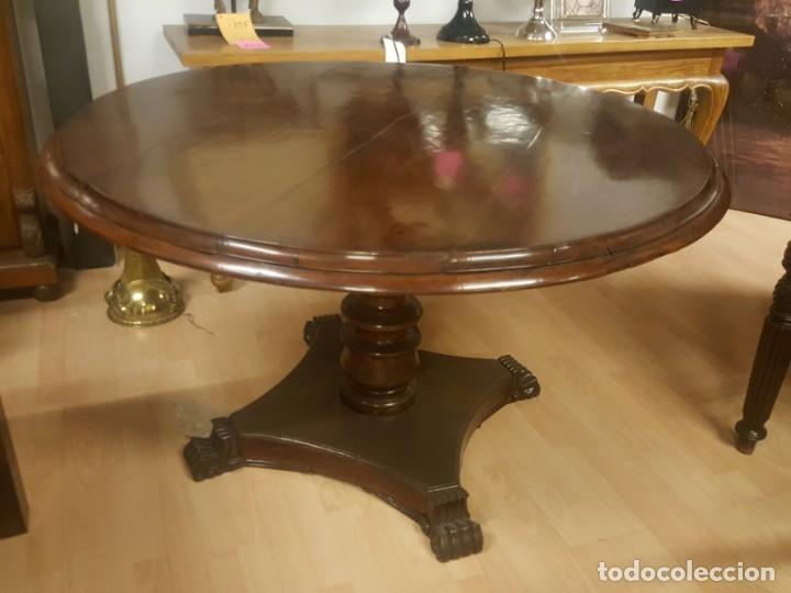 Mesa de comedor colonial inglesa con tablero redondo.