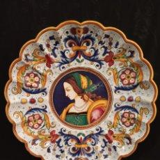 Antigüedades: ENORME PLATO DE PORCELANA DERUTA,DE RUTA ITALIA.MIDE 46 CMS DE DIÁMETRO.DONCELLA RENACIMIENTO.. Lote 175685905