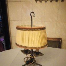 Antigüedades: ANTIGUA LAMPARA DE SOBREMESA,FORJA CON 3 PATAS Y TULIPA OVALADA DE TEJIDO. Lote 175735479