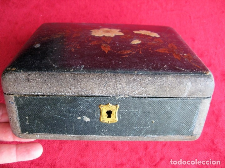 Antigüedades: MUY ANTIGUO JOYERO DE MADERA FORRADO CON INTERIOR EN RASO CAPITONÉ, DECORADO A MANO - Foto 2 - 175740548